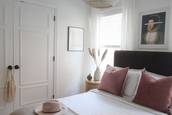 bedroom with neutral bedding and pink accents