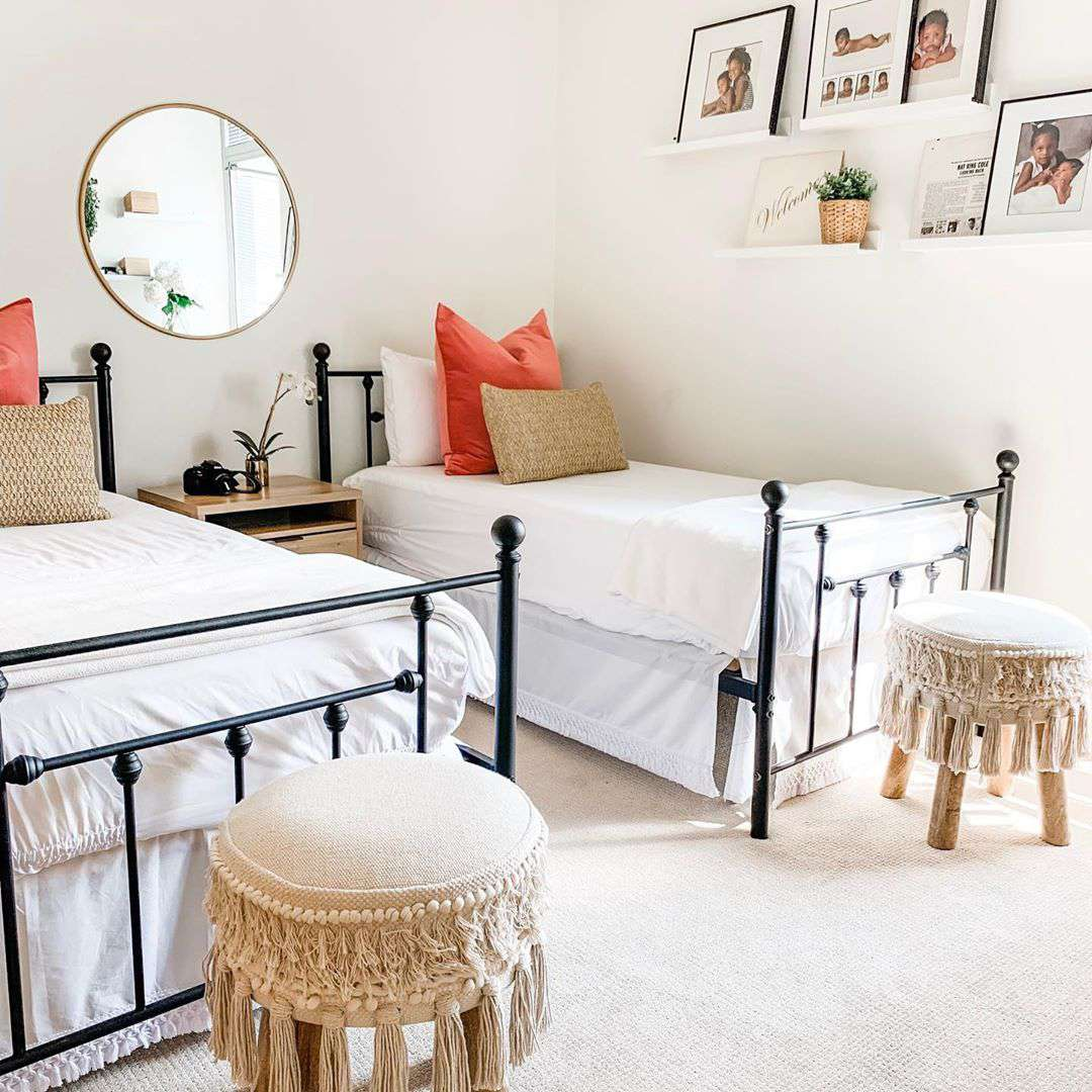 dormitorio con dos camas individuales edredones blancos