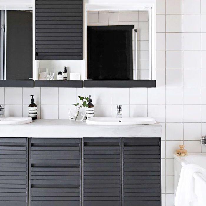 un baño minimalista con granito
