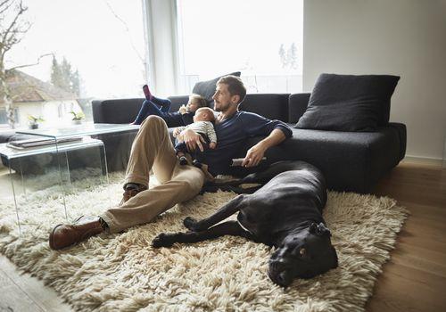 un papa con hijos y un perro