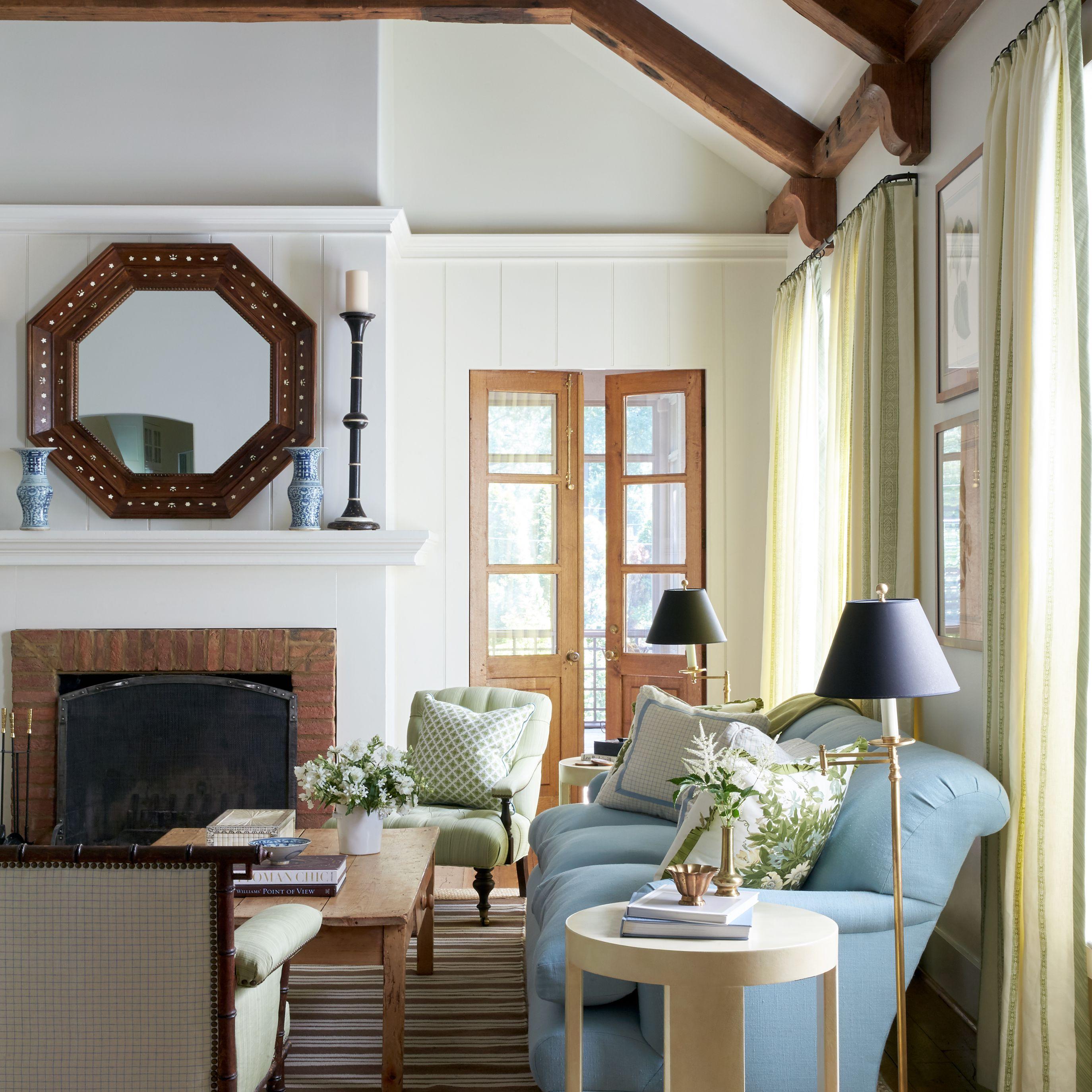 sala de estar con techo de vigas de madera oscura