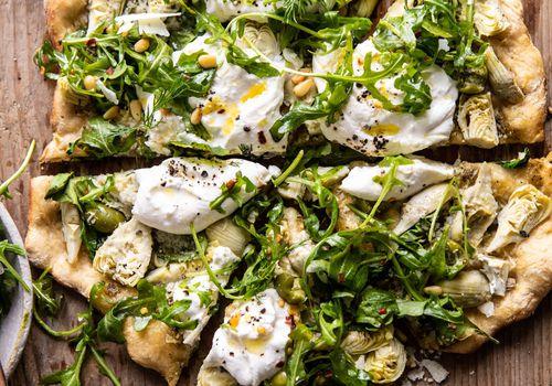 Pesto de alcachofas y pizza de burrata con rúcula de limón