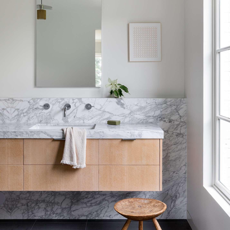 baño principal con tocador flotante
