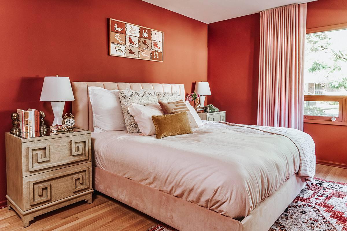 Diseño de dormitorio rojo brillante: Claire Thomas