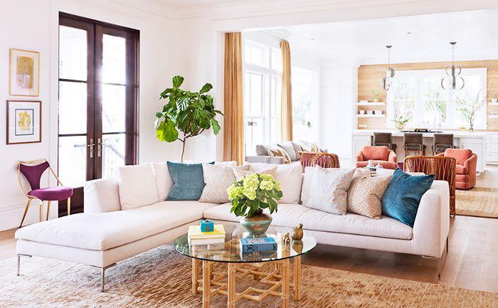 Otro ángulo de sofás en tonos pastel y otros asientos en la casa de Rucker