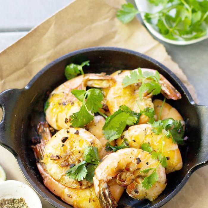 Pelar y comer camarones con sal y pimienta