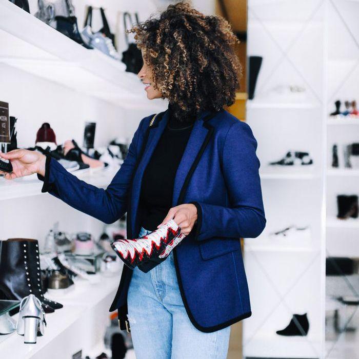 una mujer comprando zapatos sola
