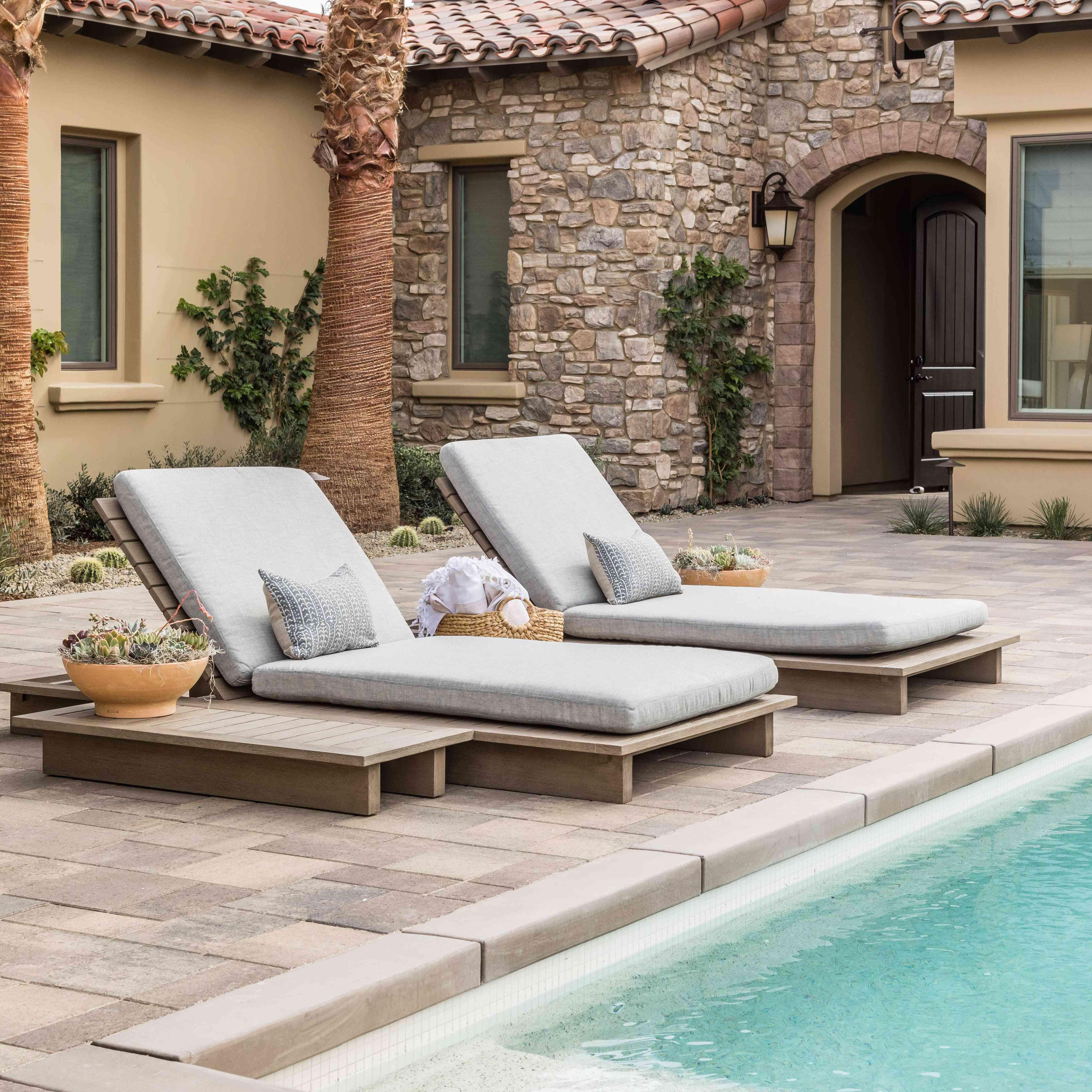 visita guiada a los interiores de sal pura - patio exterior con piscina