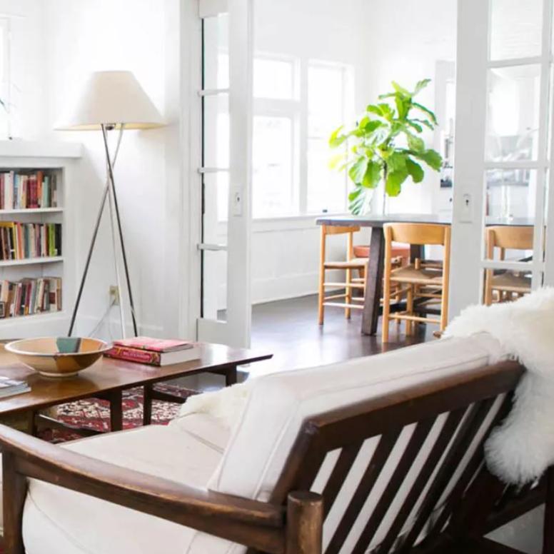 Las puertas francesas separan la sala de estar del comedor