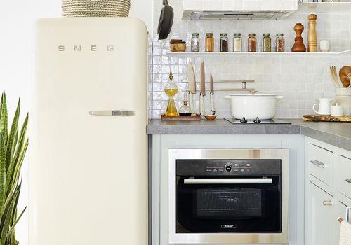 ideas de estante de especias - cocina pequeña con estante flotante y especias