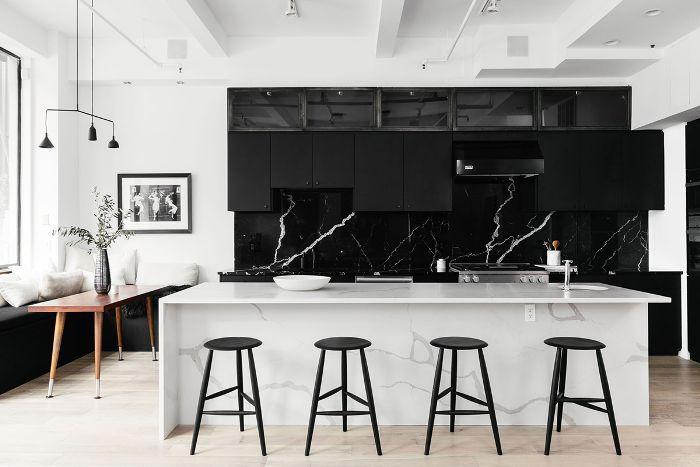 Visita a casa en blanco y negro: cocina