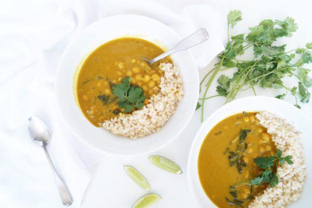 Recetas indias de olla de cocción lenta: niña de comestibles saludable