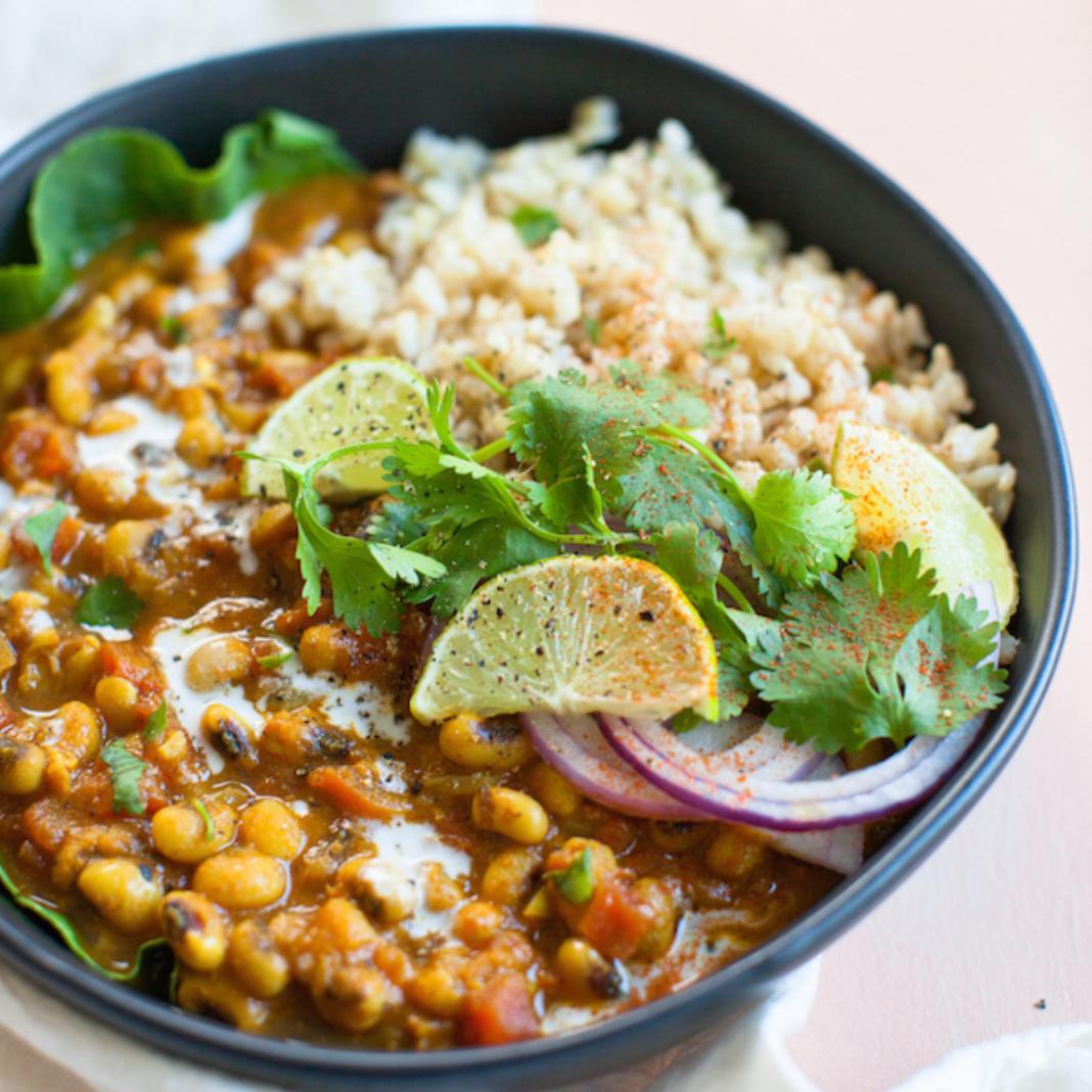 Curry de boniato con guisantes de ojos negros