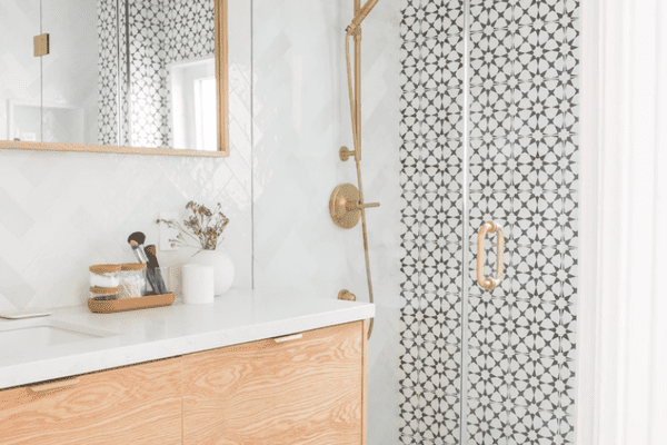 Neutral bathroom with gold showerhead.