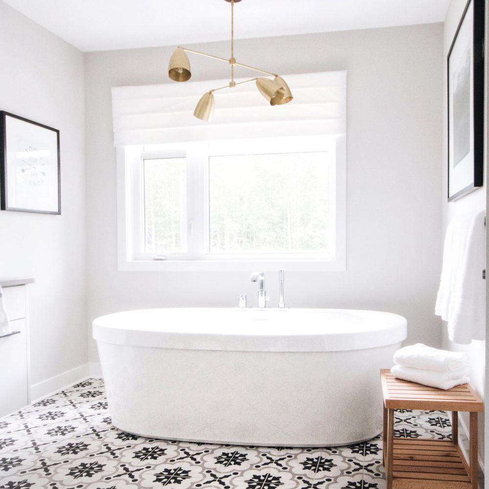 Baño blanco con piso estampado