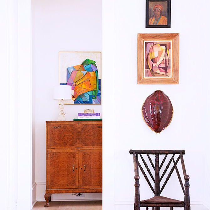 Piezas de arte con y sin marco colgadas en múltiples paredes en la casa de Rucker