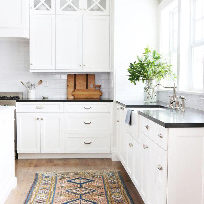 una cocina con coloridos kilims