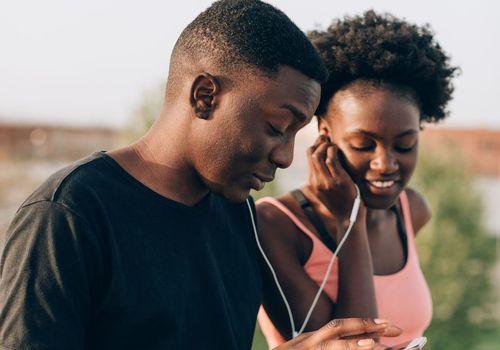 pareja escuchando música mientras sale a correr