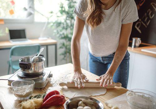 mujer haciendo masa de pizza casera