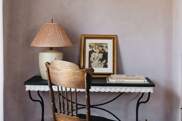paire hospitality home tour - nook with desk and chair, walls are painted in a lavender lime wash paint
