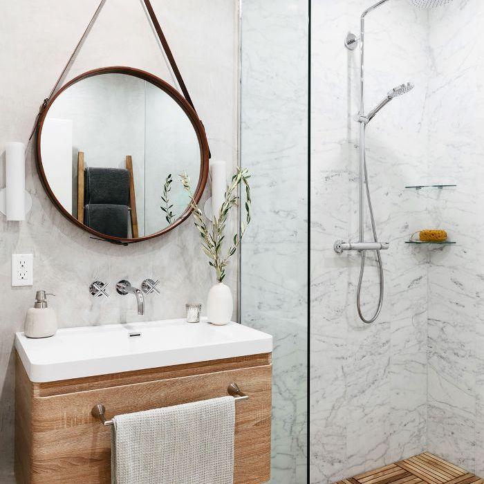 Visita a casa en blanco y negro: baño de visitas