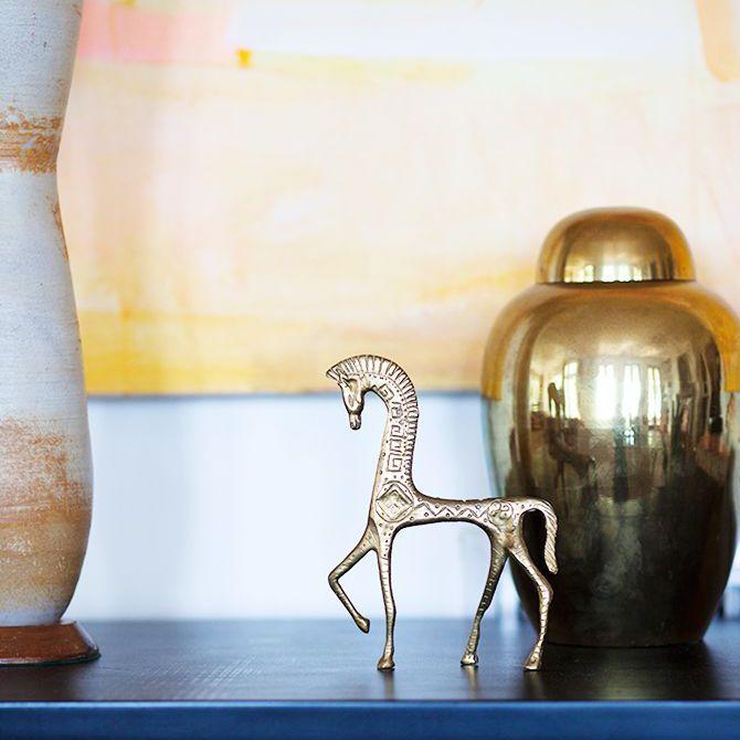 Un primer plano de objetos decorativos de metal en la casa de Rucker