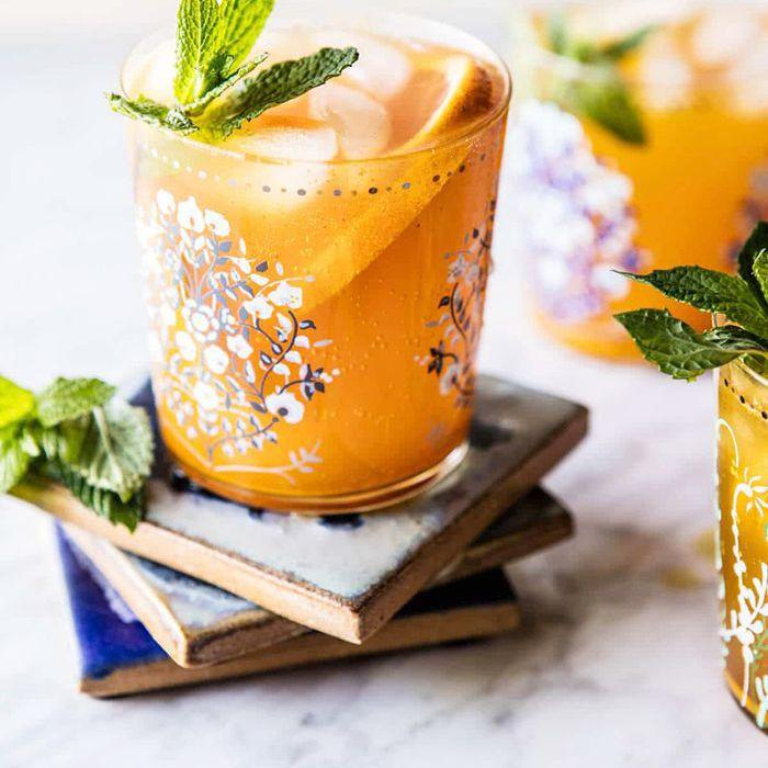 una bebida de frutas con menta