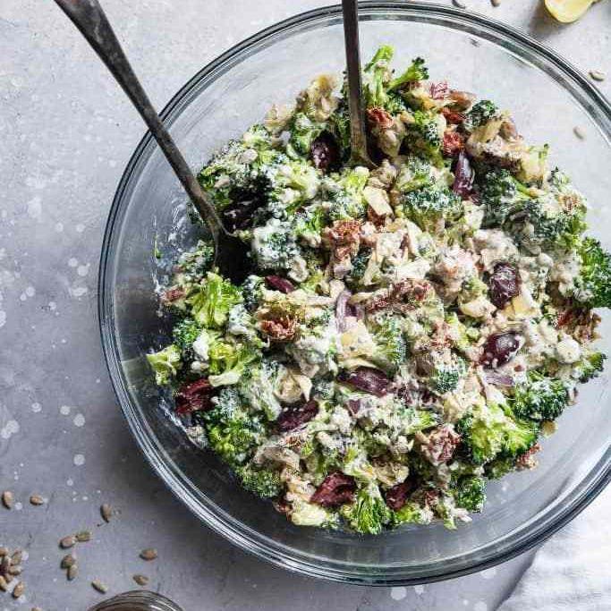 ensalada mediterránea de brócoli baja en carbohidratos