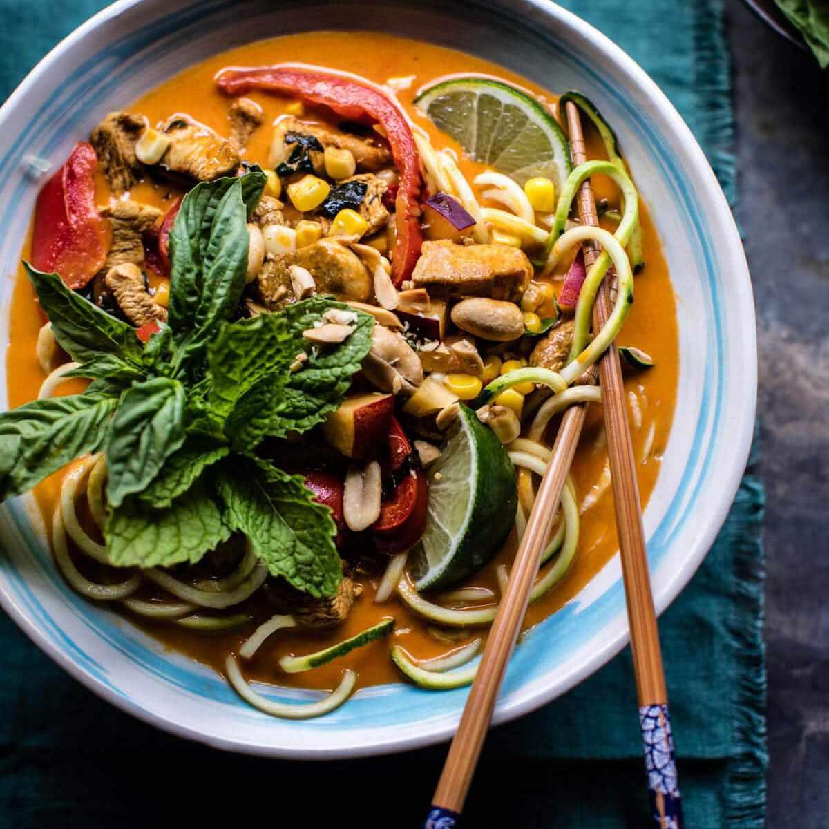 Tazones de fideos con calabacín y albahaca al curry