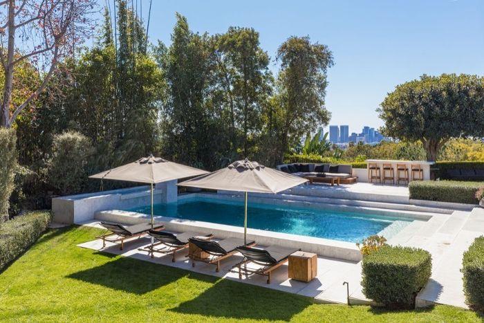 Ellen Degeneres Beverly Hills Home   Outdoor Lounge Area