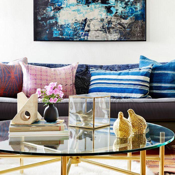 Mezcla de almohadas y texturas en una sala de estar de inspiración de mediados de siglo