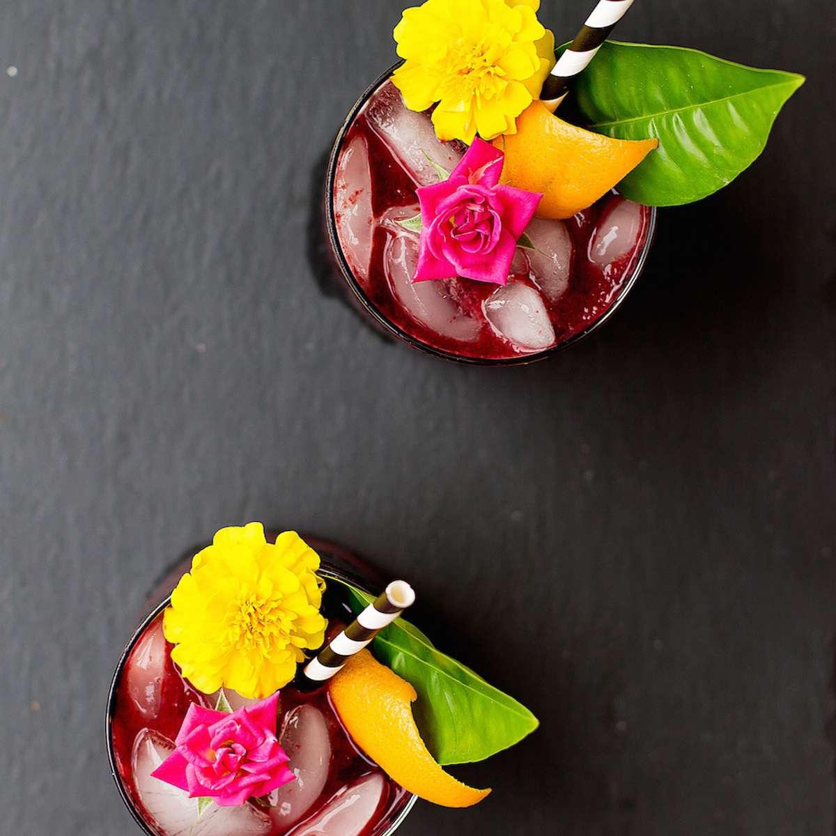 Cócteles adornados con flores comestibles.