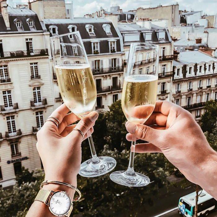 Dos copas de vino espumoso en un contexto europeo