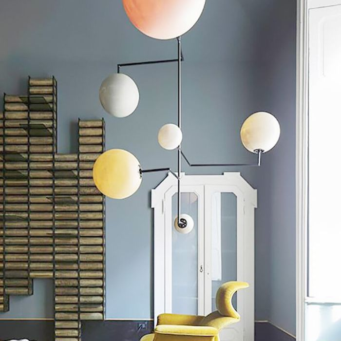 silla e iluminación de Dimore Studio