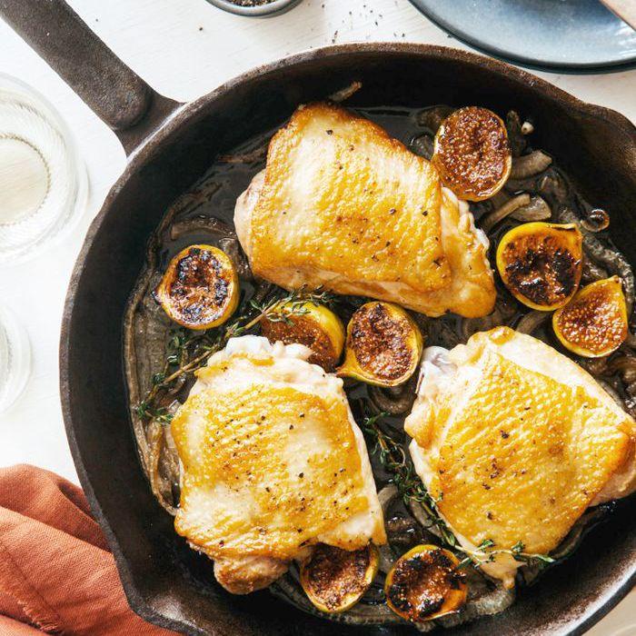Pollo asado con ajo en una sartén con higos y cebollas caramelizadas