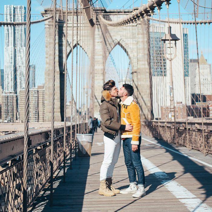 una pareja besándose en el puente de Brooklyn