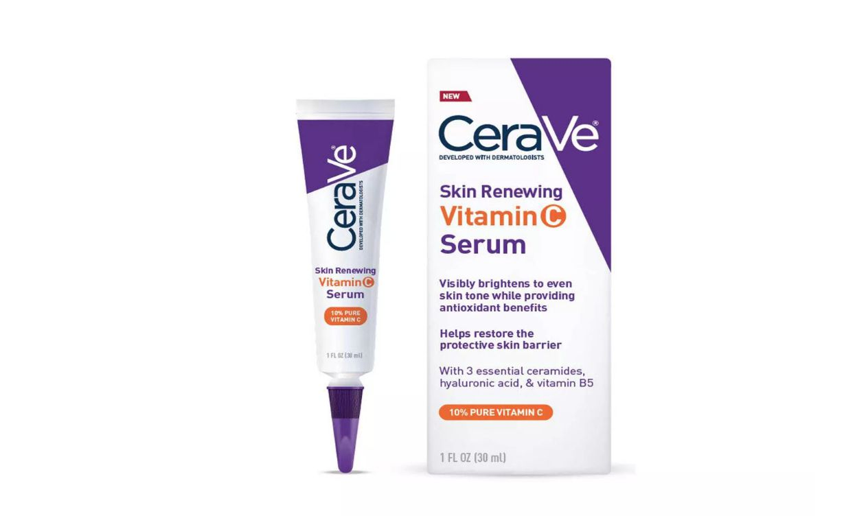 Una caja y un tubo de suero de vitamina C CeraVe Skin Renewing para piel sensible en Target
