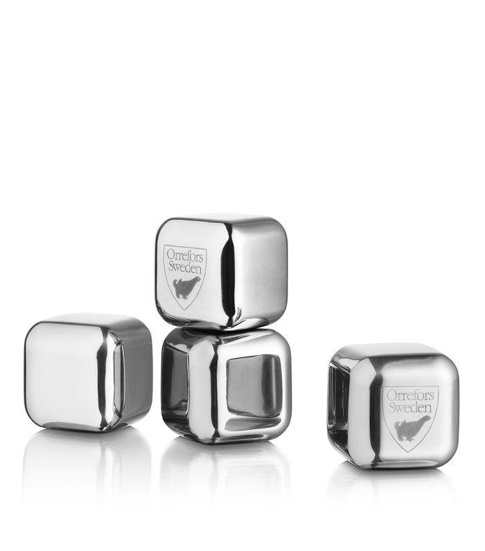Cubos de plata que se congelan para su inclusión en cócteles.
