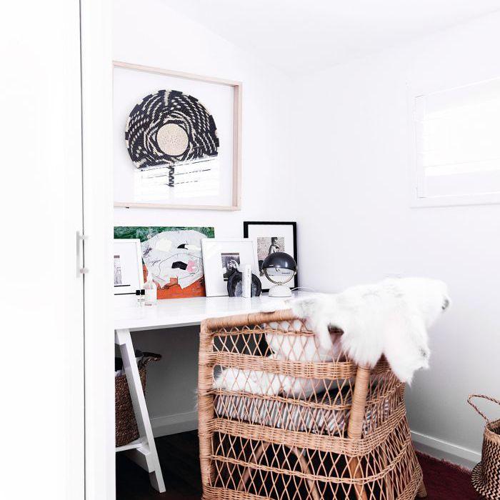 una oficina en casa arreglada con tonos ricos y cálidos