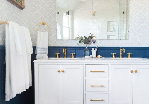 baño con paneles en V