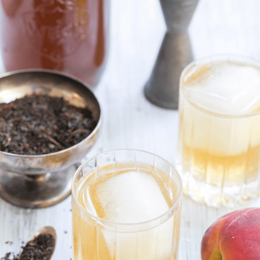 Cóctel de té de melocotón y ron