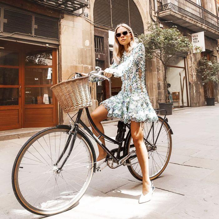 una mujer en bicicleta