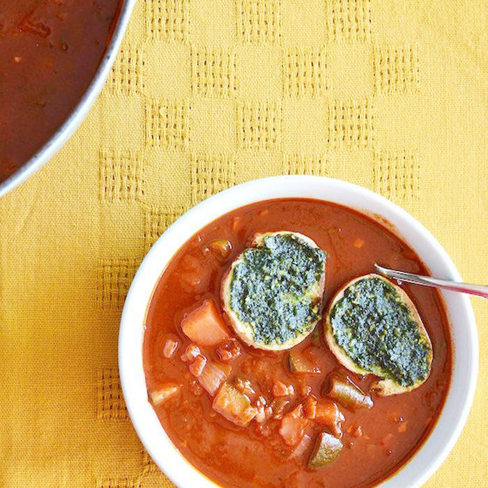 Sopa de Verduras con Pesto de Cilantro Crutones