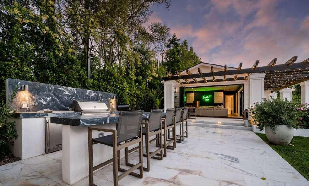 outdoor kitchen living room