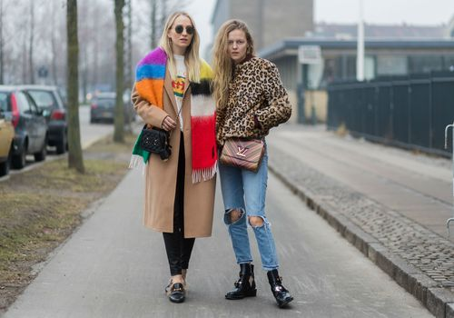 Street style dos mujeres en jeans