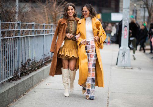 dos mujeres caminando en la ciudad de nueva york