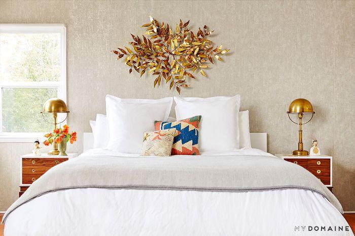 Dormitorio sereno con escultura de latón
