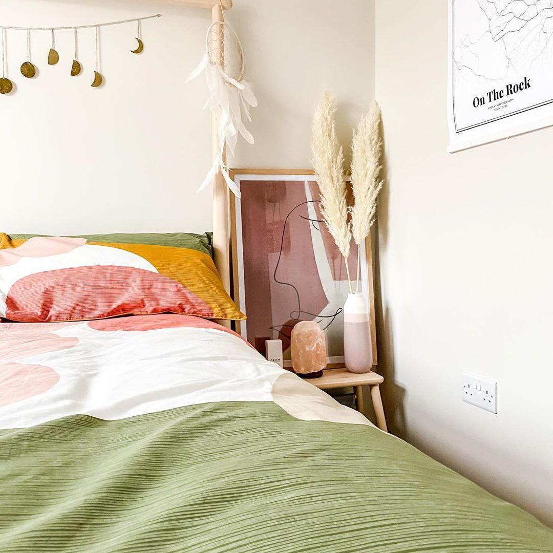best bedroom ideas - colorful bedspread with leaning art