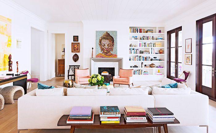 Una habitación en la casa de Rucker está llena de libros y estallidos de color.
