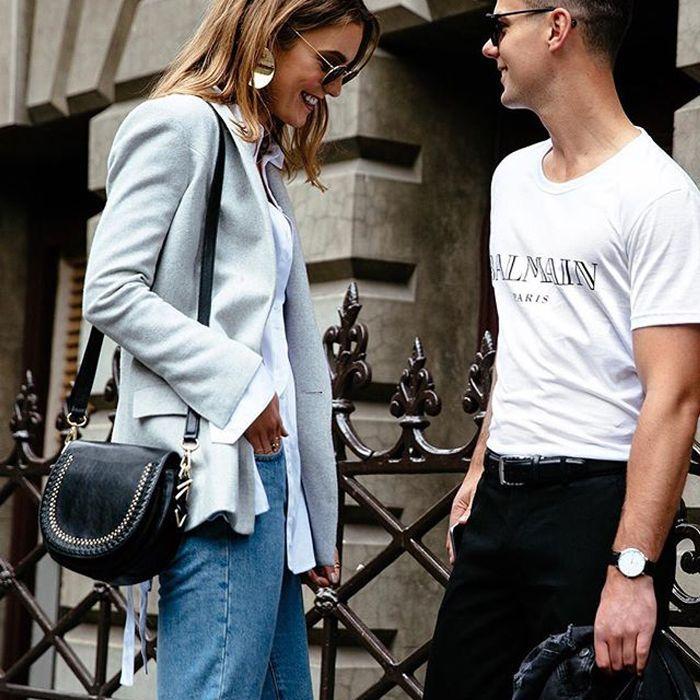 una pareja hablando juntos